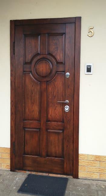 Металлическая дверь в офис из массива дуба