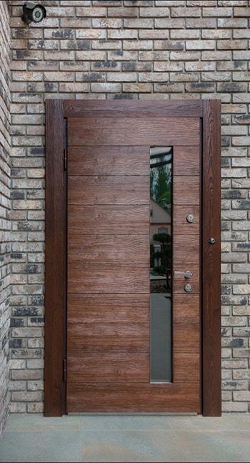 Входная металлическая дверь с отделкой из массива
